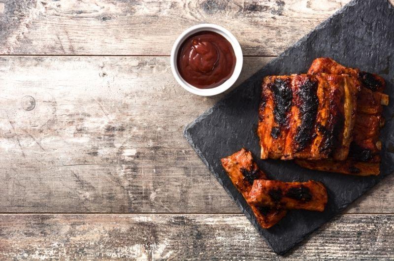 Umíte si představit grilování bez BBQ omáčky? My teda ne! Zkuste náš domácí recept na barbecue omáčku a užijte si tu skvělou chuť