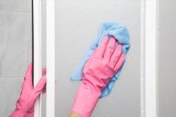 Trápí vás zaschlé kapky na dveřích od sprchy? Máme řešení!